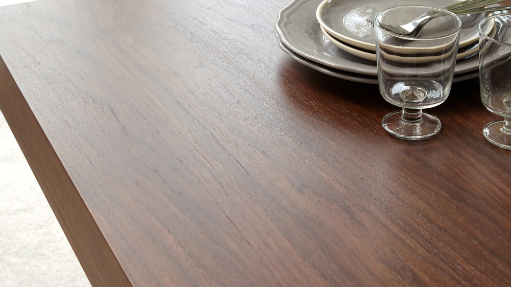 Strong Grain Veneer Table
