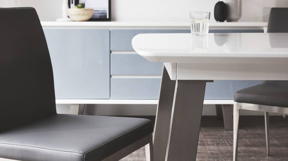 Extending dining table set