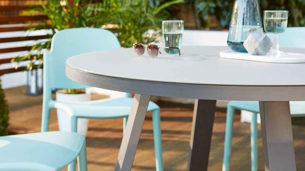 4-6 seater round outdoor table