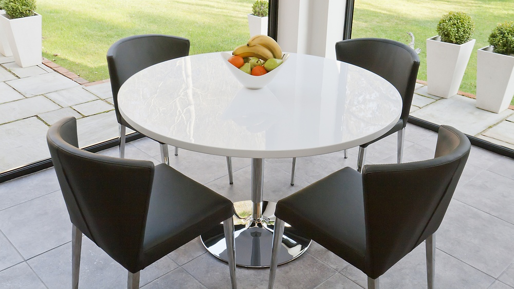White glossy round table and 4 modern curved back chairs for Round dining table set for 4